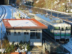 楓駅の駅舎全景です。